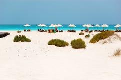Sunbeds和伞在豪华旅馆海滩  免版税库存图片