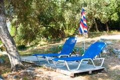 Sunbeds和伞(遮阳伞)在海滩在科孚岛海岛,希腊 免版税库存照片
