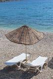 Sunbeds和太阳遮阳伞 免版税库存图片