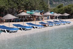 Sunbeds和遮光罩在海滩 免版税库存照片
