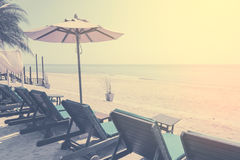 Sunbeds和遮光罩,伞在海滩的海滩睡椅 葡萄酒过滤器颜色 库存图片