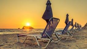 Sunbeds在晚上 免版税库存照片