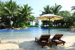Sunbeds在热带度假旅馆里 免版税库存照片
