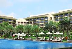 Sunbeds在热带度假旅馆里 库存照片