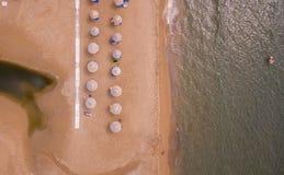 sunbeds鸟瞰图在海滩的 科孚岛希腊欧洲 免版税库存图片