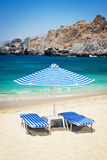 Sunbeds και ομπρέλα στην παραλία Στοκ εικόνα με δικαίωμα ελεύθερης χρήσης