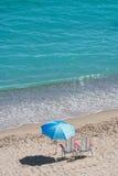 Sunbeds και ομπρέλες μπροστά από τη Μεσόγειο θάλασσας Στοκ Εικόνες
