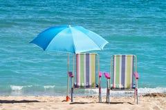 Sunbeds και ομπρέλες Στοκ εικόνα με δικαίωμα ελεύθερης χρήσης