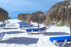 Sunbeds με τις ομπρέλες από τον ήλιο που περιμένει τους τουρίστες και το tou Στοκ Εικόνες