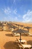 Sunbeds στην αμμώδη παραλία στοκ εικόνα με δικαίωμα ελεύθερης χρήσης