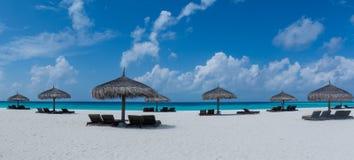 Sunbeds στην τροπική άποψη πανοράματος παραλιών στις Μαλδίβες Στοκ Φωτογραφίες