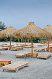 Sunbeds στην τροπική παραλία Στοκ Εικόνες