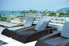 sunbeds бассеина гостиницы роскошные плавая Стоковые Изображения RF
