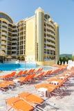 Sunbeds бассейном в большом туристическом комплексе в солнечном пляже в Болгарии Стоковые Изображения