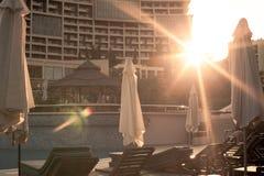 Sunbeds бассейном Стоковые Фотографии RF