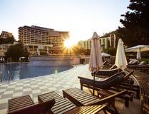 Sunbeds бассейном Стоковая Фотография RF