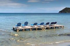 Sunbeds в воде, пляж koukla, остров Закинфа Стоковые Изображения