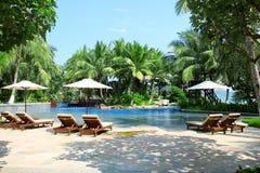 Sunbeds в тропическом курортном отеле Стоковое Изображение RF