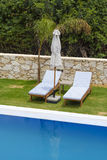 2 sunbeds готовя бассейн Стоковые Изображения