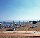 Sunbeds гребет на пляже на гостинице, береге моря Стоковая Фотография RF
