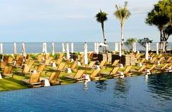 Sunbeds и зонтики на пляже около бассейна Стоковые Фотографии RF