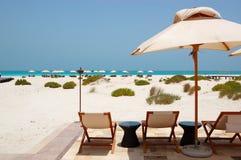 Sunbeds и зонтики на пляже роскошной гостиницы Стоковые Фотографии RF