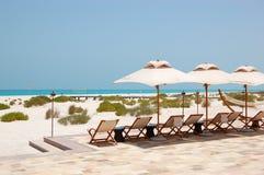 Sunbeds и зонтики на пляже роскошной гостиницы Стоковое фото RF