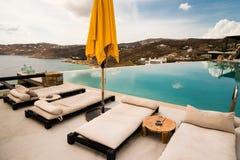 Sunbeds и зонтики рядом с бассейном Стоковые Изображения RF