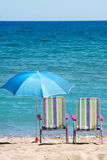 Sunbeds и зонтики Стоковое Изображение