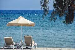 Sunbeds и зонтик на песчаном пляже Стоковая Фотография RF
