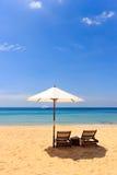 Sunbeds и зонтик на пляже Стоковая Фотография
