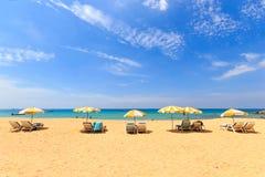 Sunbeds и зонтик на пляже Стоковые Фотографии RF