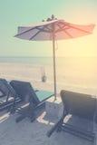 Sunbeds и навес, шезлонг зонтика на пляже Лето Стоковые Изображения RF