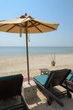Sunbeds и навес, шезлонг зонтика на пляже Стоковое Изображение