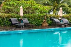 Sunbeds и парасоли на бассейне деревянной палубы близрасположенном Стоковое Изображение