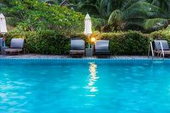 Sunbeds и парасоли на бассейне деревянной палубы близрасположенном Стоковое Фото