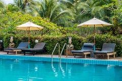 Sunbeds и парасоли на бассейне деревянной палубы близрасположенном Стоковые Фото