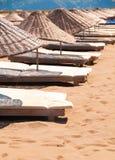 Sunbeds и парасоли на песчаном пляже. Стоковая Фотография RF
