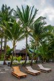 Sunbeds и пальмы на пляже против моря Pandan, Panay, Филиппины Стоковые Изображения
