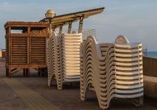 Sunbeds и пустая кабина пляжа на пляже, около моря Стоковая Фотография