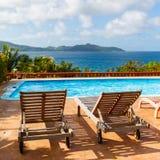 sunbeds на бассейне в Сейшельских островах Стоковая Фотография