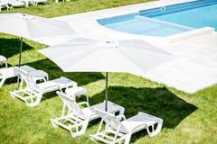 Sunbeds на бассейне Стоковые Изображения RF