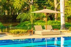2 sunbeds на бассейне Стоковое Изображение