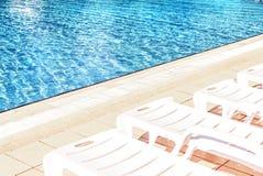Sunbeds на бассейне Стоковая Фотография