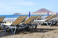 Sunbeds на береге моря Стоковое Изображение RF