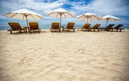 Sunbeds на красивом пляже Стоковые Фотографии RF