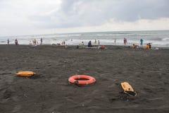 Sunbeds на море пляжа, океане люди в море, пляж overcast спасательный Стоковое Изображение