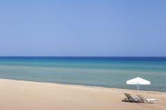 Sunbeds на пляже в Греции, Zakynthos Стоковая Фотография