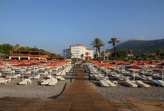 Sunbeds на пляже гостиницы Стоковые Фотографии RF