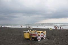 Sunbeds на пляже погода тускловатая жизнь пляжа overcast Стоковое Изображение
